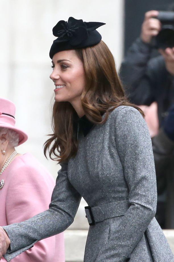Herttuatar Catherine on palannut äitiyslomaltaan. Herttuattarella ja prinssi Williamilla on kolme lasta.