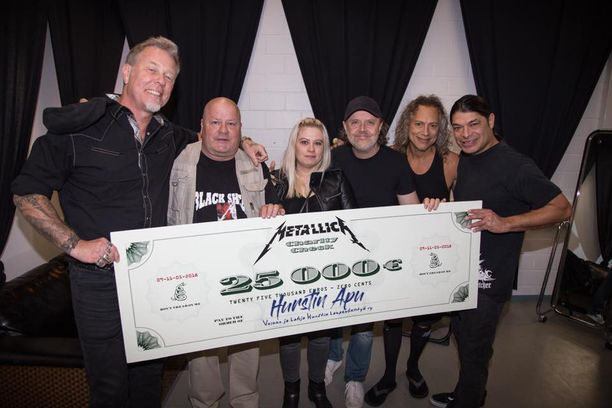 Metallica esiintyy parhaillaan Helsingissä. Ennen esitystä he antoivat shekin Hurstin Avulle.