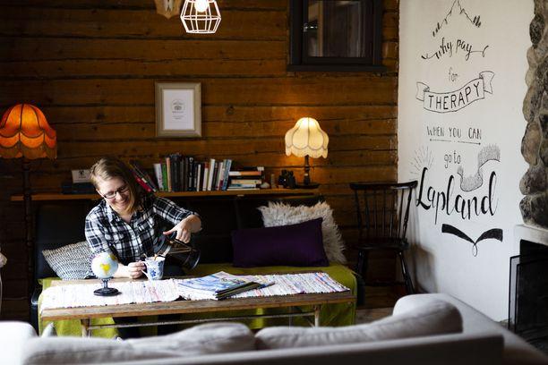 7 Fells Hostelin olohuoneessa viihdytään. Tinja Tamminen kaataa kuppiinsa luomukahvia. Sen tarjoaminen kuuluu paikan filosofiaan.