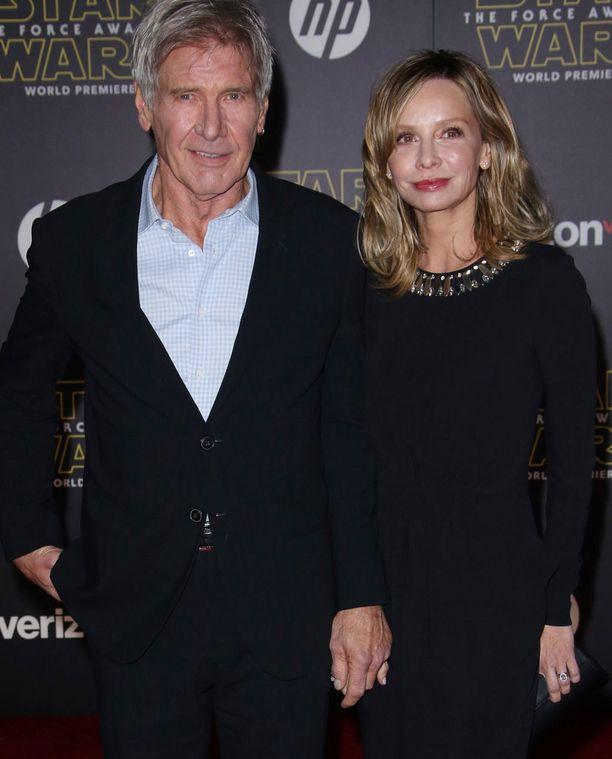 Harrison Ford ja Calista Flockhart pitivät toisiaan tiukasti kädestä Star Wars -ensi-illassa.