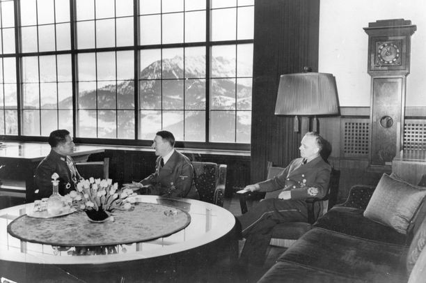 Hitlerin (kesk.) johdolla Berghofissa tehtiin myös politiikkaa. Oikealla kuvassa Joachim von Ribbentrop, taustalla suuren salin valtava maisemaikkuna.