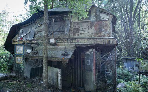 Kirkkonummen metsissä asui etäinen mystikko, jonka rakentama eriskummallinen Villa Mehu rapistuu pystyyn – sillä on ajankohtainen viesti