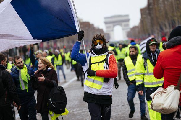 Keltaliivit osoittivat mieltään joulukuussa Champs-Élysées'llä Pariisissa. Mielenosoitukset ovat nyt laantuneet, koska Ranskan hallitus on tehnyt keltaliiveille myönnytyksiä.