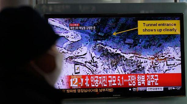 Eteläkorealainen seurasi uutisraporttia epäillystä ydinkokeesta.