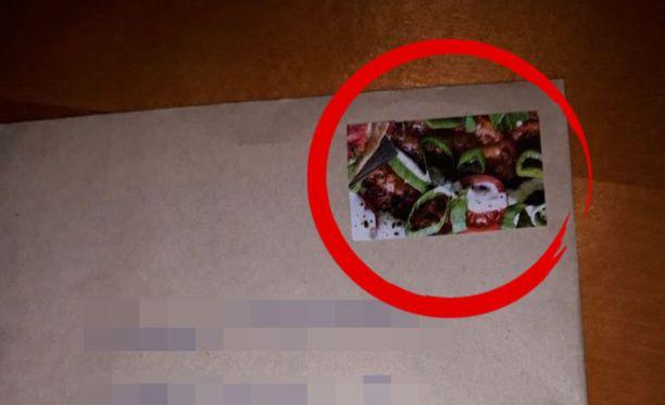 Mies liimasi kirjekuoreen postimerkin sijaan kuvan pizzasta.