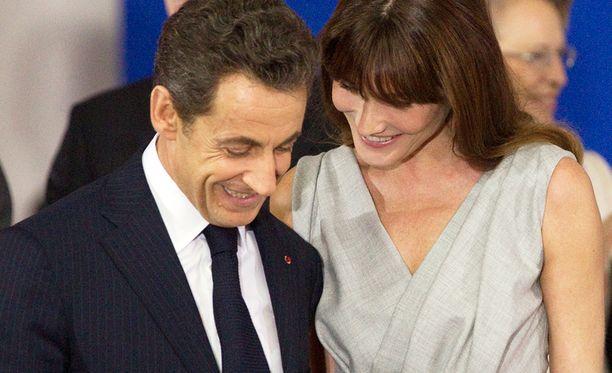 Nicolas Sarkozy salamarakastui näyttävään laulajaan ja ex-malliin Carla Bruniin ensi silmäyksellä. Pari avioitui vain kolme kuukautta myöhemmin.
