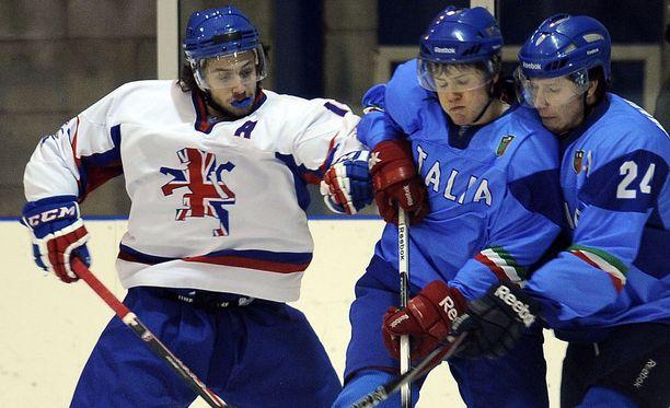 Liam Stewart (vas.) on pelannut Iso-Britannian alle 20-vuotiaiden maajoukkuessa, jossa hän pani italialaisia nippuun.