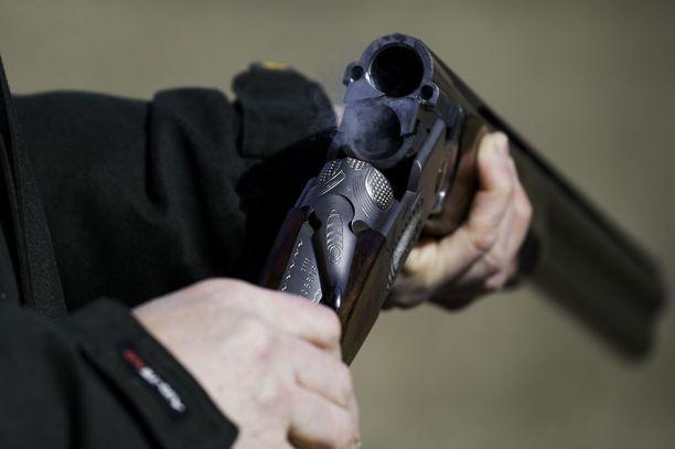 Naisen mukaan hän ei tiennyt, että ase oli ladattu. Kuvituskuva.