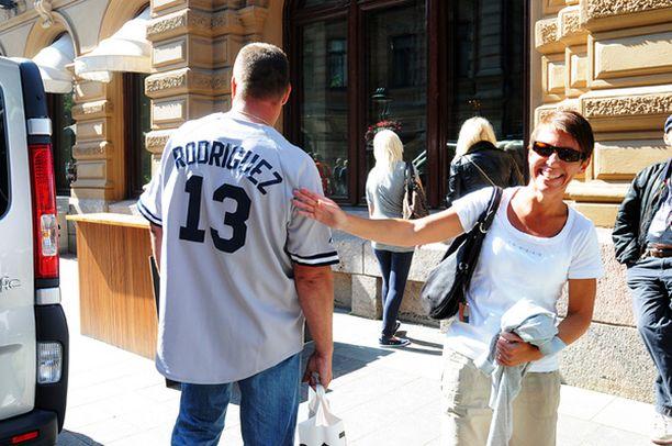 Madonnan ex-heilaksi huhuttu baseball-tähti Alex Rodrigues paljastui lähemmässä tarkastelussa espoolaiseksi Kari Parviaiseksi. Vieressä illan keikkaa odottava vaimo Pauliina Parviainen.