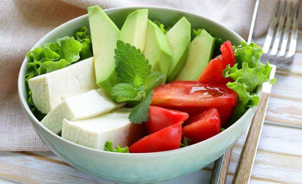 Salaattiateriasta voi saada hyvin kaloripitoisen, jos ainekset lisätään kulhoon miettimättä.
