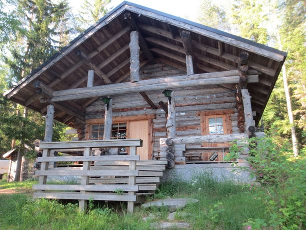 Juuassa järven rannalla sijaitsevassa kelohirsimökissä on kaksi makuuhuonetta, parvi ja kylpyhuone saunoineen. Tilaa mökissä on 50 neliötä ja hintapyyntö on 100 000 euroa.