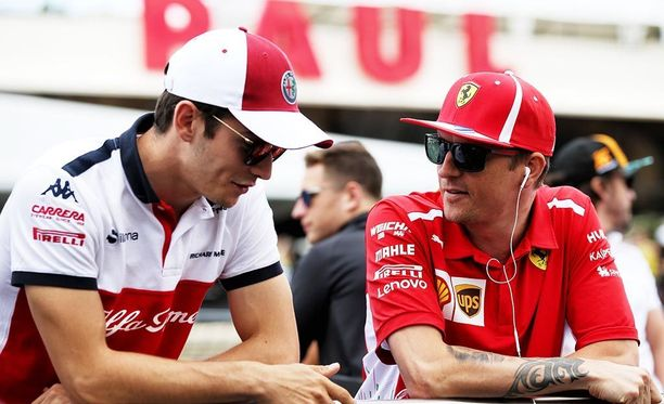 Charles Leclerc (vas.) jutteli Kimi Räikkösen kanssa ennen Ranskan osakilpailun alkua.
