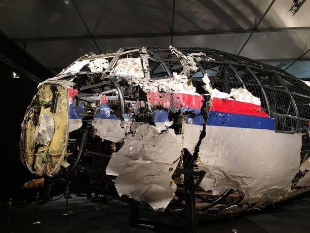 Hollantilainen tutkintalautakunta kokosi koneen osittain uudelleen onnettomuustutkinnan yhteydessä.