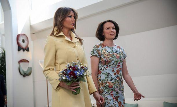 Sauli Niinistö ojensi Melanielle kukkakimpun.