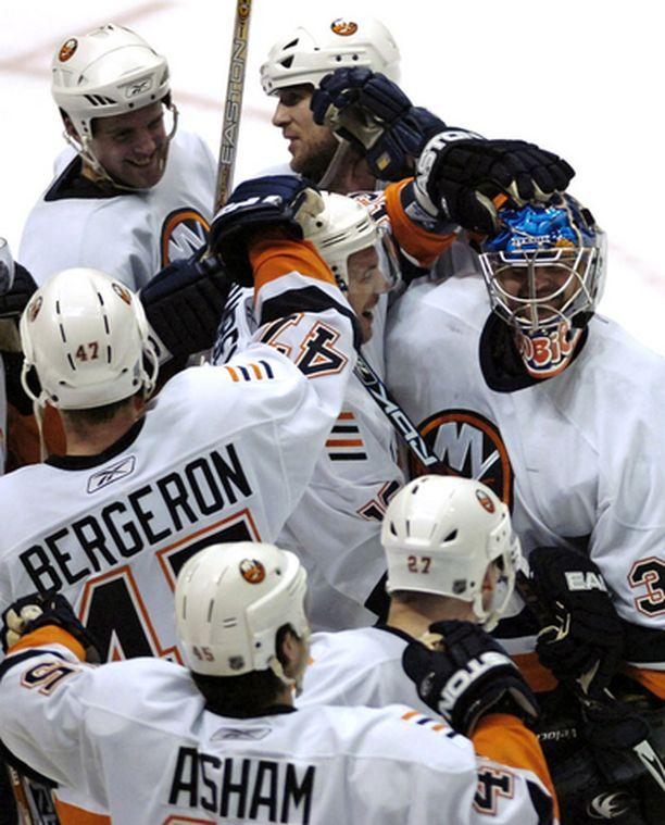 NY Islandersin pelaajat juhlivat pääsyä pudotuspeleihin.