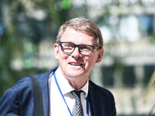 Valtiovarainministeri Matti Vanhanen (kesk) ei luvannut oppositiolle polttoaineveron korotuksen perumista tai 100 000 uutta työpaikkaa.