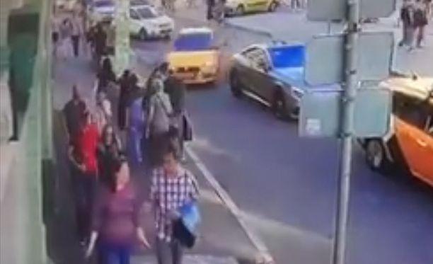 Seitsemän loukkaantui, kun taksi kaasutti eilen lauantaina väkijoukkoon Moskovassa.