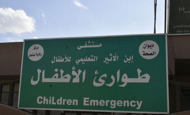 Lastensairaalan kyltti on Isisin jäljiltä. Valkoisella pohjalla kirjoitetut tekstit kertovat, että kyseessä on Isis.