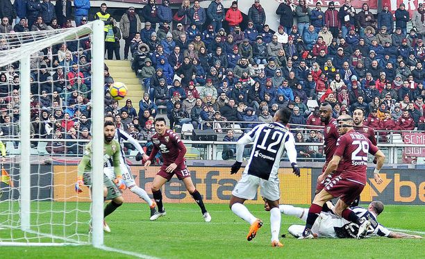 Alex Sandro nostaa läheltä ylös. Toki Torino-vahti Salvatore Sirigu oli jo tilanteesta pihalla.