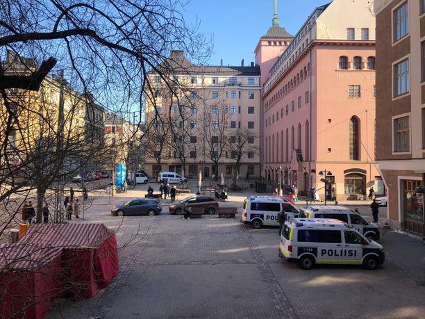 Helsingin poliisi sai keskiviikkona iltapäivällä ilmoituksen mahdollisesta asehenkilöstä. Lopulta tehtävä osoittautui vääräksi hälytykseksi.