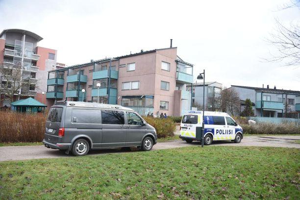 Poliisi oli paikalla Pikku Huopalahdessa torstaina päivällä.