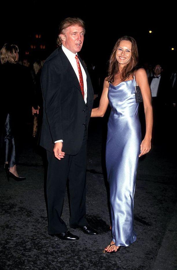 1990-luvulla mallina uraa luonut Melania Knauss tapasi yrittäjä Donald Trumpin vuonna 1998 New Yorkin muotiviikoilla. Trumpilla oli alunperin treffit toisen mallin kanssa, mutta hän iski silmänsä Melaniaan. Loppu on historiaa.