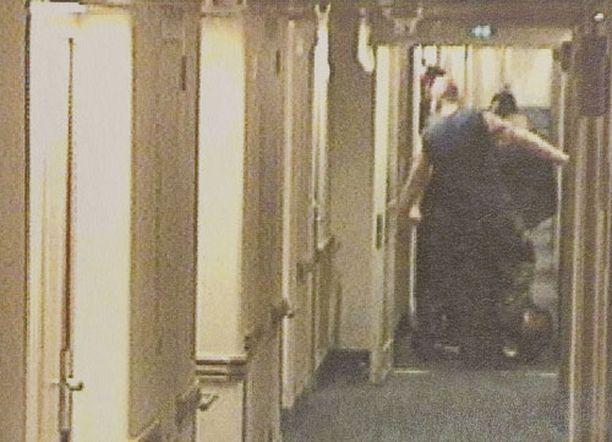 Maassa makaavan uhrin potkiminen tallentui laivan valvontakameralle.