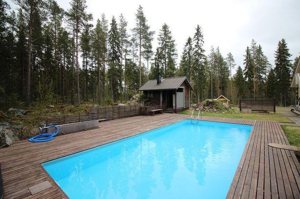 Koska Suomen kesä on lyhyt ja välillä myös kylmä, löytyy uima-altaan vierestä pihasauna. Pihasaunassa on puukiuas.