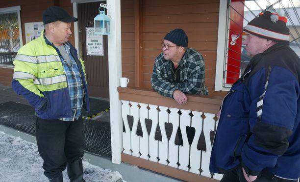 Ahti Karttunen (vas.), Jukka Mahonen ja Esa Pakarinen tapasivat viinijärveläisessä kahvilassa. Seppäsen liikkeitä on puitu siinä missä muitakin uutisaiheita.