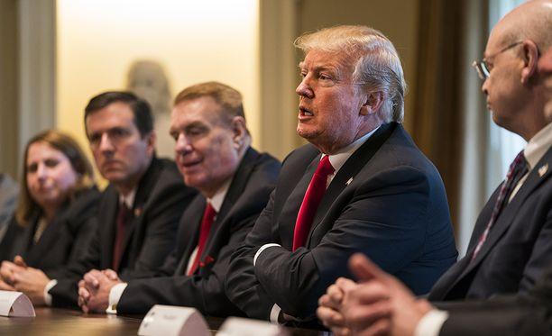 Presidentti Donald Trump tapasi torstaina maan teräs- ja alumiiniteollisuuden edustajia. Trump lupasi näille asettavansa metalleille kovat tuontitullit.