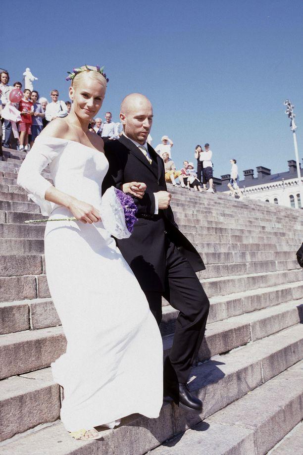 Aku Louhimies ja Laura Malmivaara avioituivat vuonna 2003 Helsingin Tuomiokirkossa.