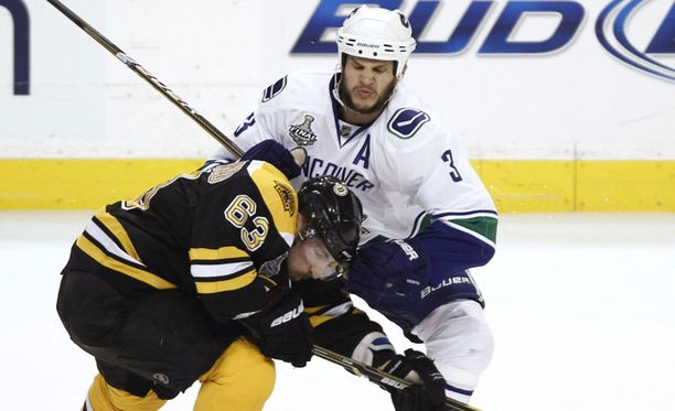 Kevin Bieksa (3) on toiminut Vancuver Canucksin tukijalkana koko NHL-uransa ajan.