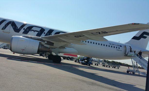 Lentokone voi lentää pitkän matkan yhdellä moottorilla. Kuvan lentokone ei liity tapaukseen.