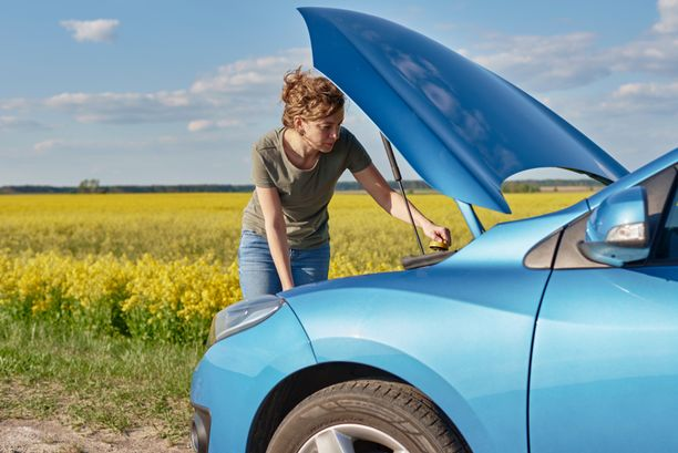 Auto kannattaa huoltaa kuntoon ennen lomalle lähtöä, ettei matkaan tule turhia keskeytyksiä.