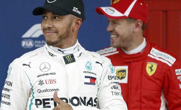 Lewis Hamilton ja Sebastian Vettel näyttävät peukkua varikkotytöille.