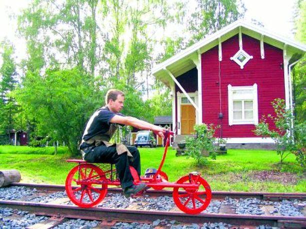 Resiinalla on hyvä hoitaa kuntoa. Jyväskylän rautatieasemalta on olemassa yhä pistoraide Samuli Alosen mökille.