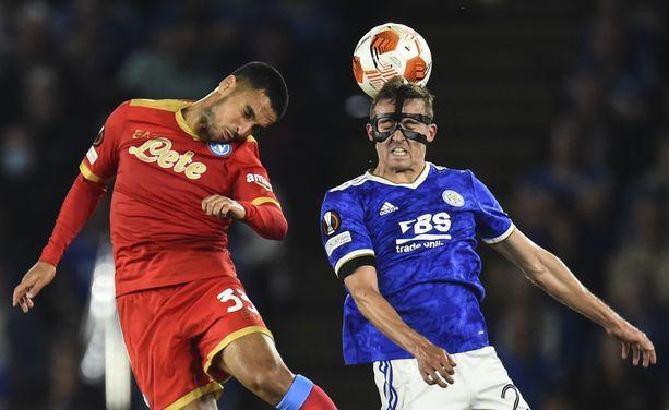 Napolin Adam Ounas (vas.) ja Leicesterin Timothy Castagne taistelivat pallosta keskiviikkona.