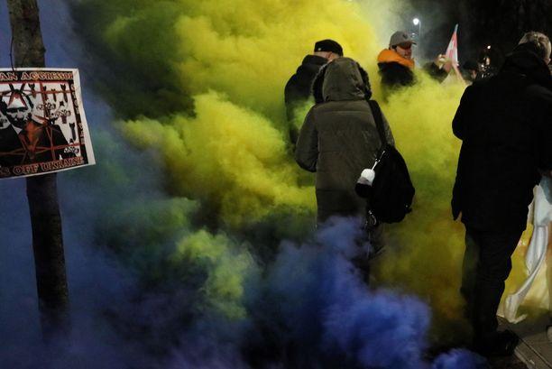 Joukko protestoijia osoitti mieltään Ukrainan puolesta Venäjän suurlähetystön edessä Puolan Varsovassa maanantaina.
