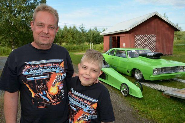 Kuin kaksi marjaa - niin miehet kuin autotkin. Pasi ja Otto Vierikko poseeraavat autojensa kanssa.