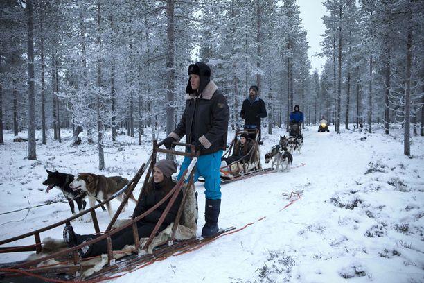 Suomi on pop! Made in Chelsean ökyrikkaat nuoret kävivät Suomen pakkasissa koiravaljakkoajelulla.