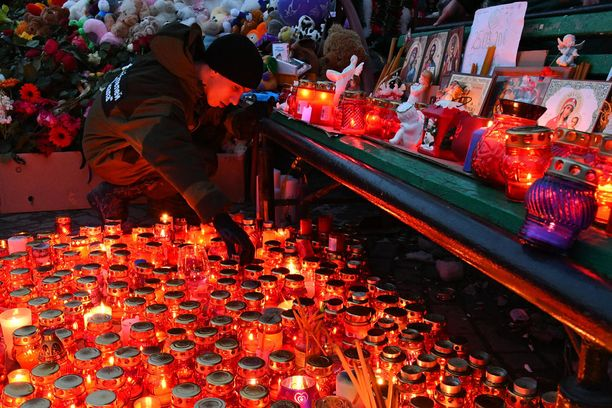 Kemerovon ostoskeskuksen tulipalossa kuolleiden muistolle sytytettiin kynttilöitä.