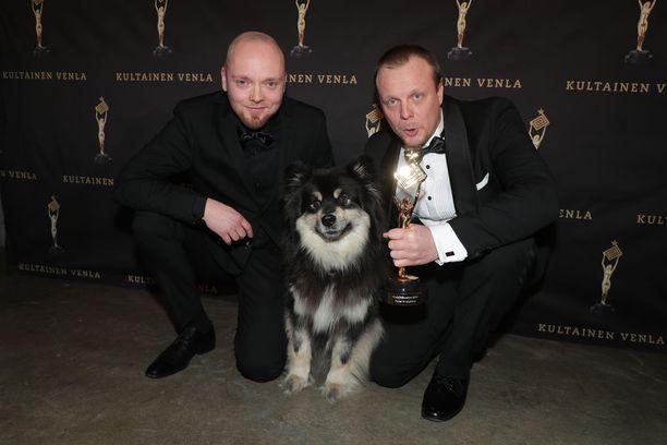 Teemu Hostikka (vas.), Äijä ja Aki Huhtanen palkittiin Kultaisella Venlalla Eränkävijät-ohjelmasta.