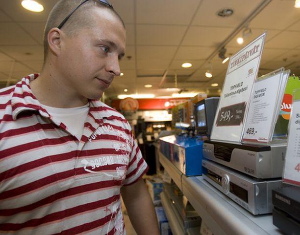 Lappeenrantalainen Toni Riikonen valitsi digiboksia Helsingin keskustassa.