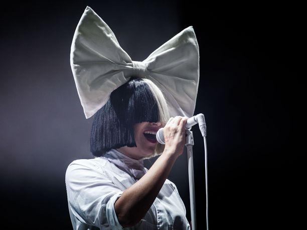 Muun muassa Chandelier-kappaleesta tunnettu australialaislaulaja Sia maksoi useiden asiakkaiden ruokaostokset kiitospäivän alla Walmart-liikkeessä Palm Springin kaupungissa Yhdysvalloissa.