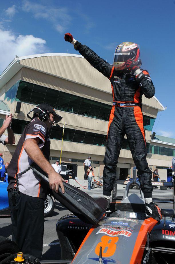 Markus Niemelä tuulettaa Champ Car Atlantic-sarjan osakilpailuvoittoa legendaarisella Laguna Secan radalla Montereyssa.