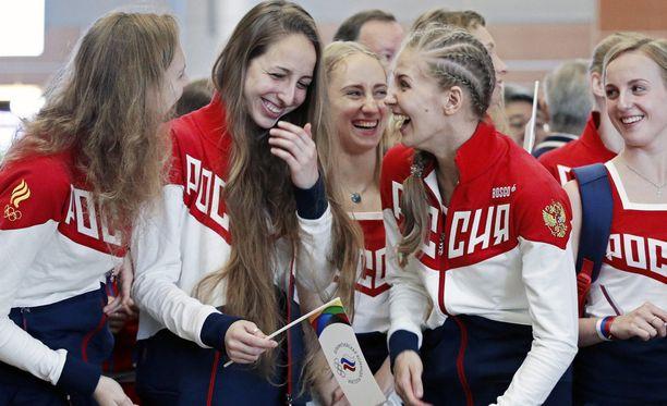 Venäjän olympiaurheilijat lähtivät iloisina matkaan.