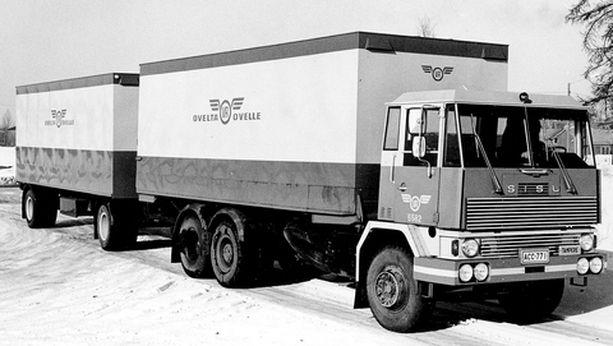 """KULMIKASTA """"Nakki-Koppi""""-lempinimen persoonallisesta ohjaamonmuotoilustaan saanut Sisu M-162 PBT vuodelta 1973."""