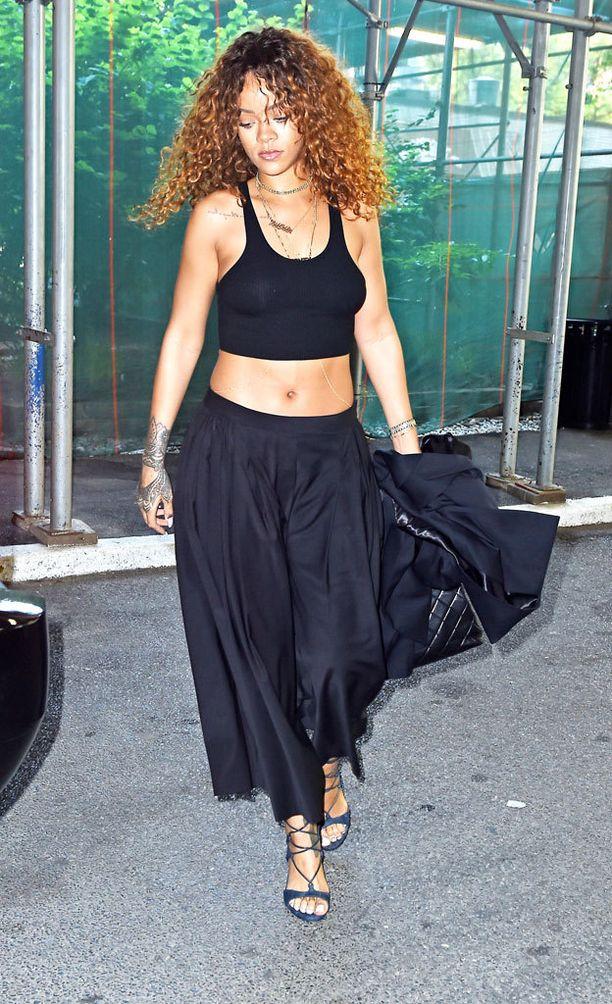 Rihanna näyttää, että housuhame kelpaa sekä päiväasuun...