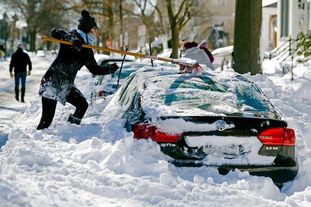 Rhianna McCarte, 30, auto jäi lumen saartamaksi Virginiassa.