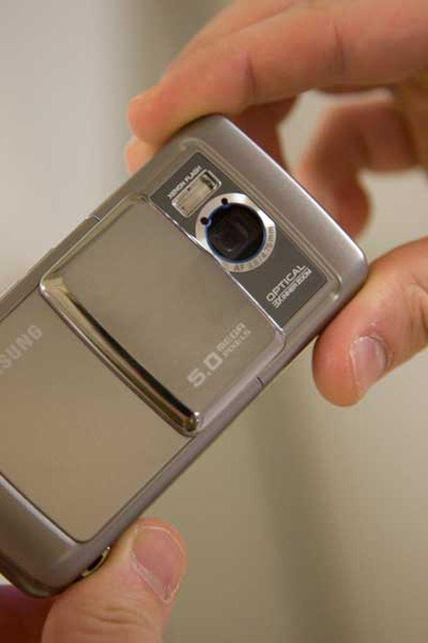 Samsungin uutuuspuhelin muistuttaa enemmän kameraa kuin kännykkää.